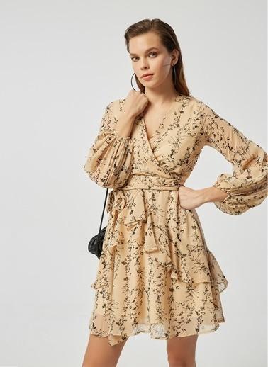 Monamoda Çiçek Desenli Anvelop Kapama Volanlı Şifon Elbise Camel